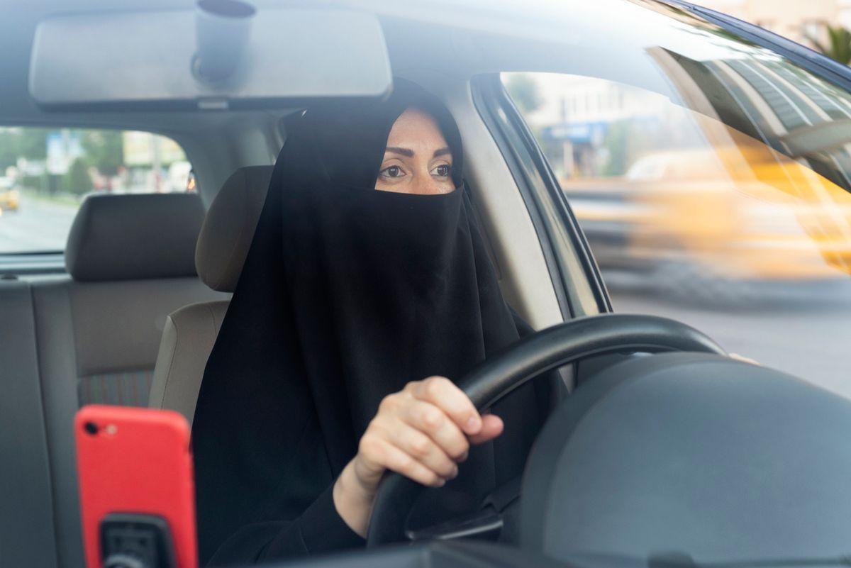Le arabe avranno la patente ma non possono guidare sole né fare benzina con un uomo