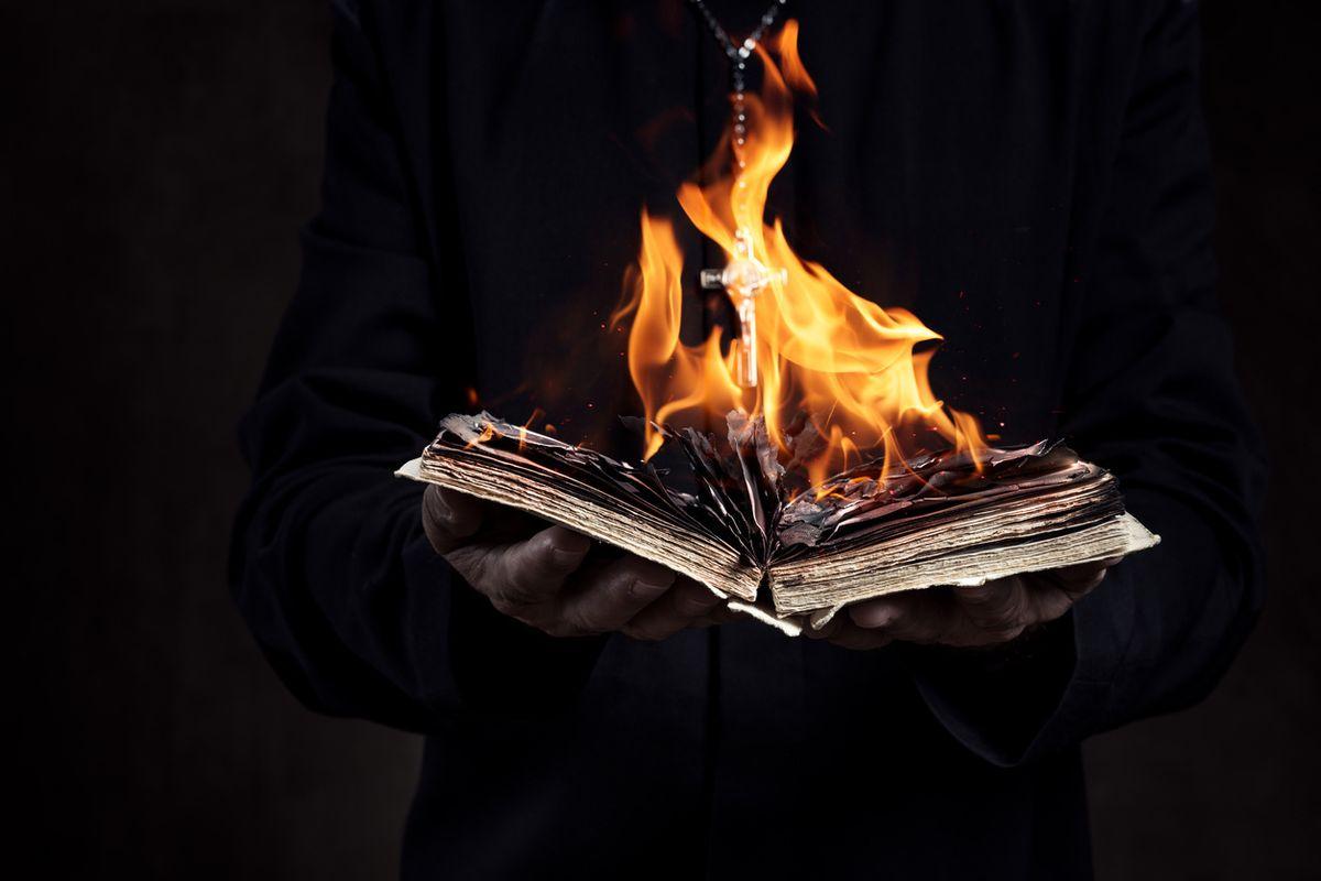 Se i libri bruciano non è colpa di Trump ma della nuova dittatura tecnologica