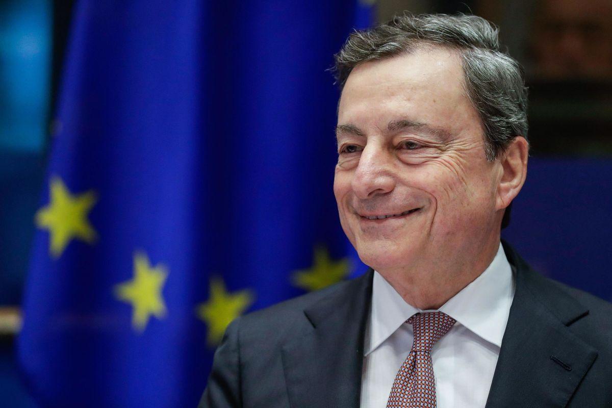 Draghi pompa soldi nelle banche e dà una bella spallata all'austerity