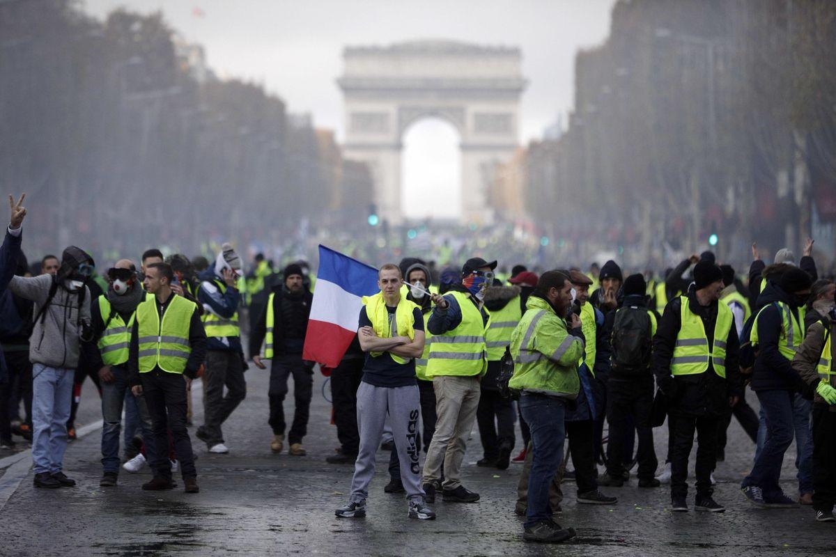 La lotta dei gilet gialli cinge d'assedio un Macron alla frutta