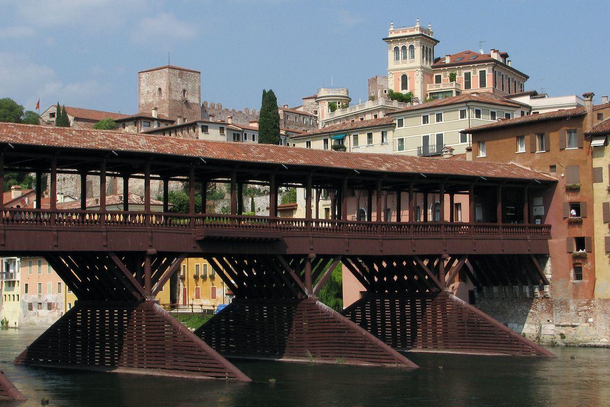 Le piene fanno tremare il ponte di Bassano