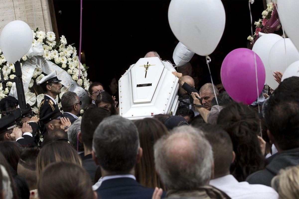 Ai funerali di Pamela, lacrime e un disertore: lo Stato