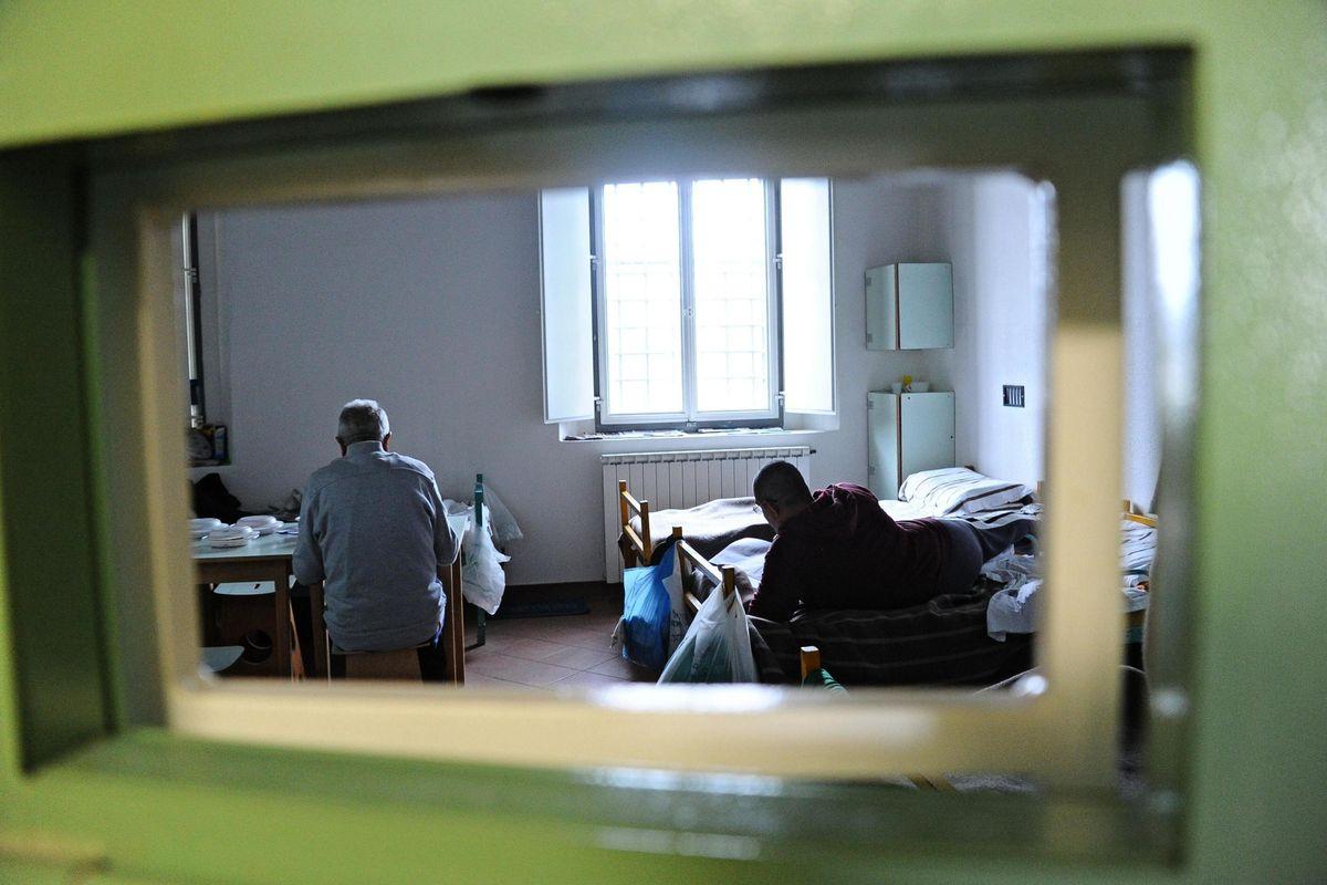 «Spostare subito i detenuti violenti». Sugli attacchi agli agenti è linea dura