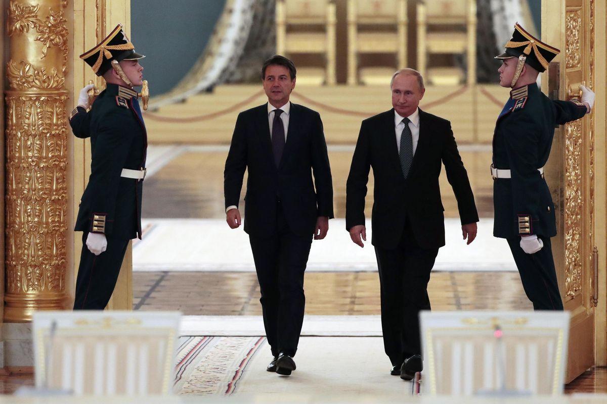 Alleanza al Cremlino, Conte va da Putin a parlare della Libia: tutto passa dall'Eni