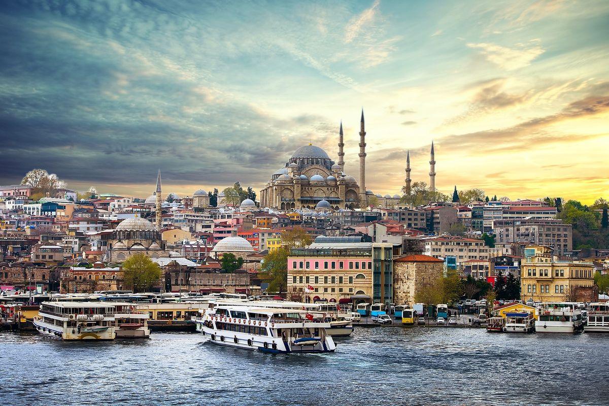 I colori delle moschee e i percorsi di Agatha Christie salvano Istanbul dalla morsa di Erdogan