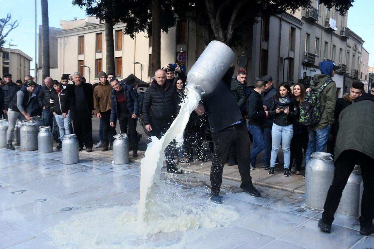 Sardegna al voto nel caos del latte. E spuntano i fucili
