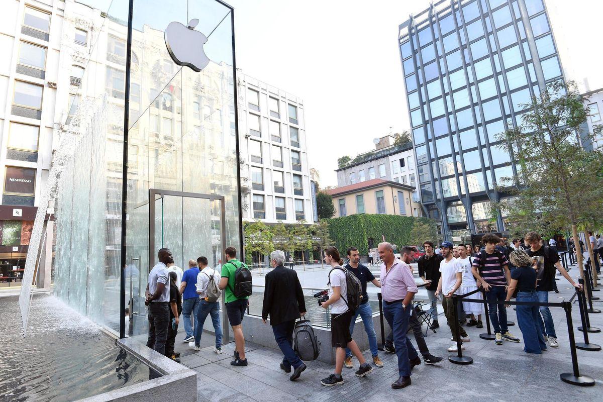 La processione dei fedeli digitali nel nuovo santuario Apple di Milano