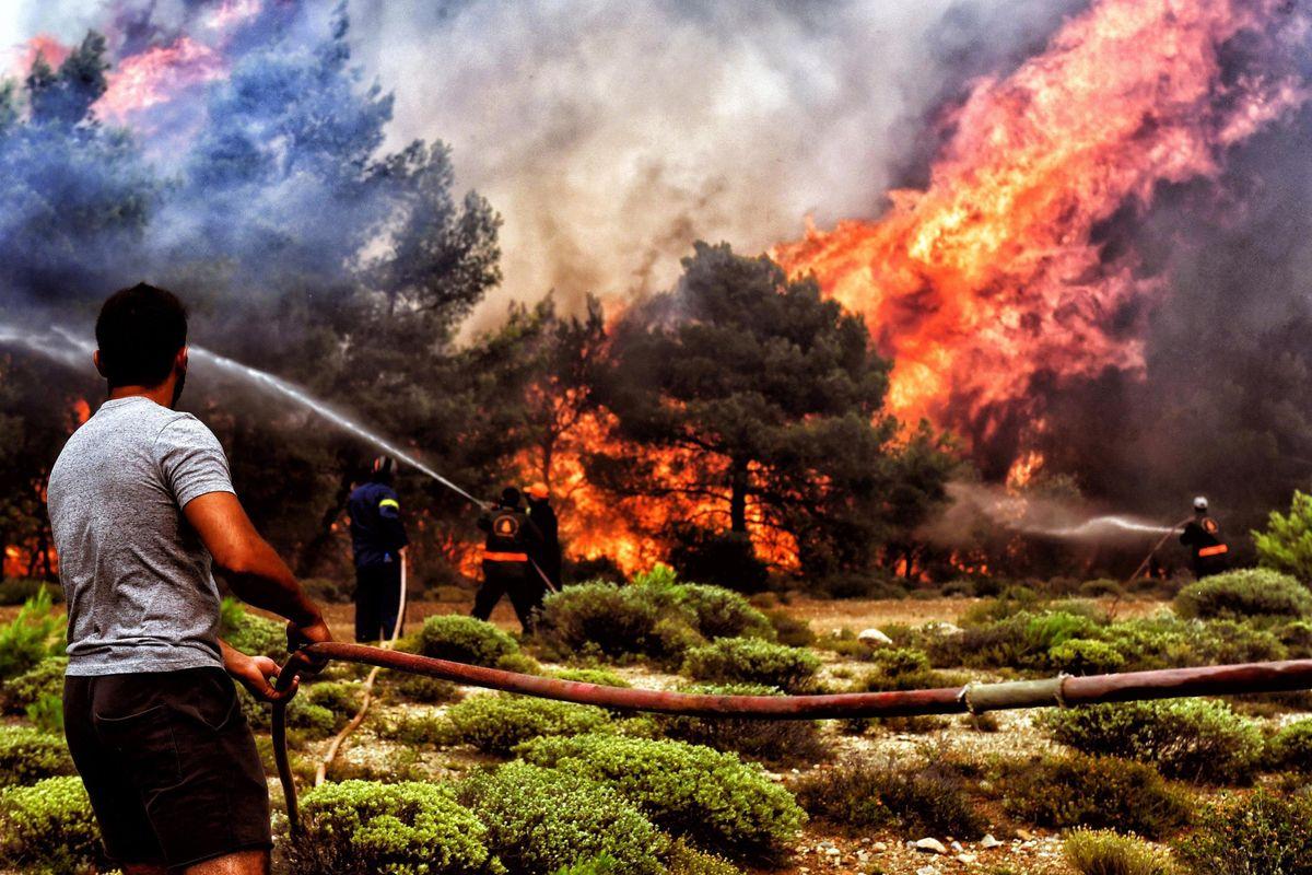 La Grecia brucia grazie ai «figli di Troika»