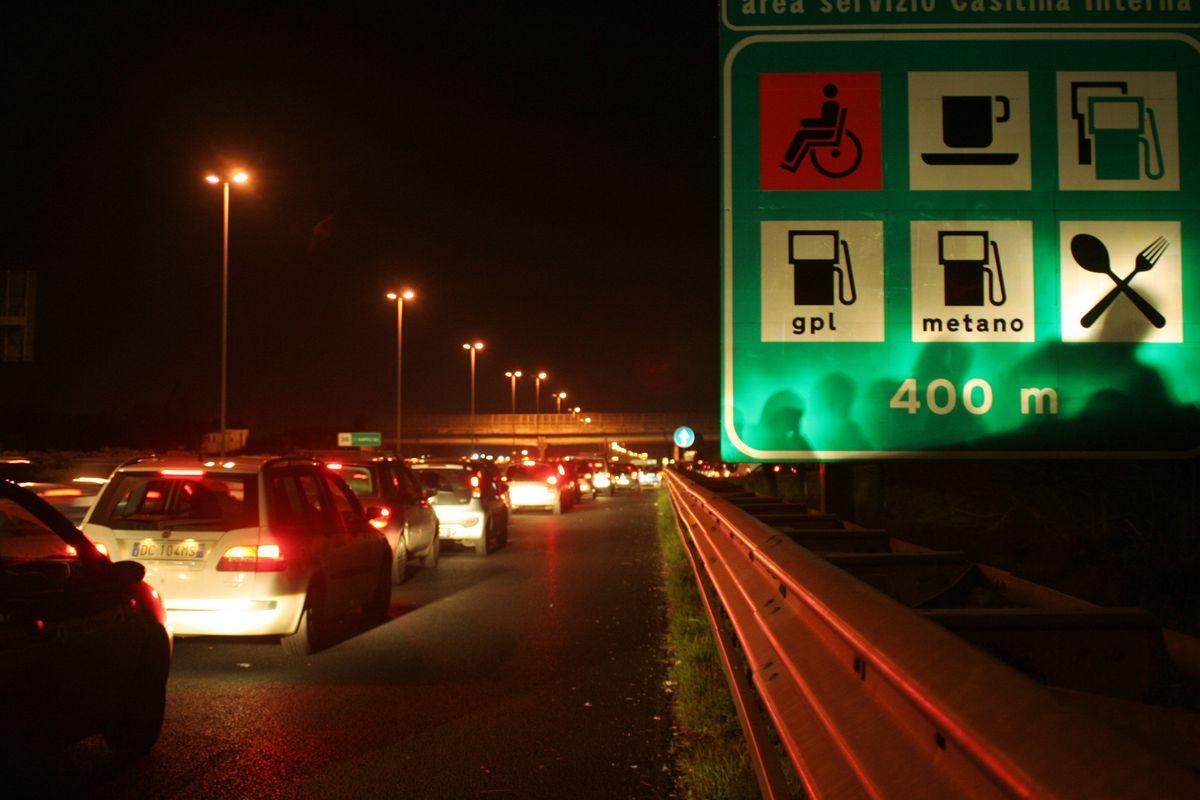 Vendite di benzina in autostrada a -62%. Colpa delle royalty per i concessionari