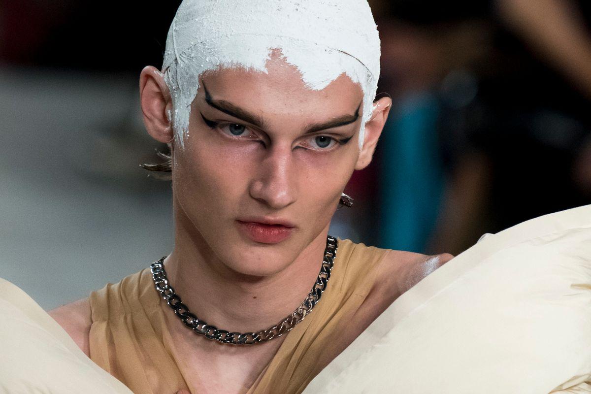 Breaking Beauty: Margiela's 'Black Swan' Spirit