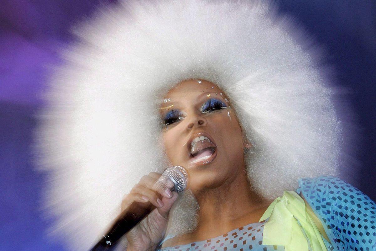 Lite fra drag queen per stabilire chi ha diritto di vestirsi da donna
