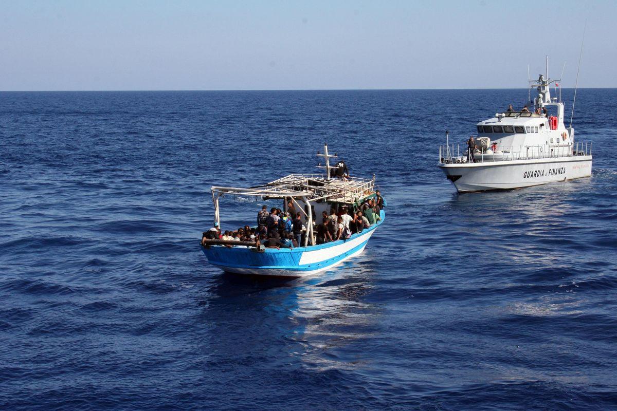 I terroristi si infiltrano sui barconi, le mafie nella rete dell'accoglienza
