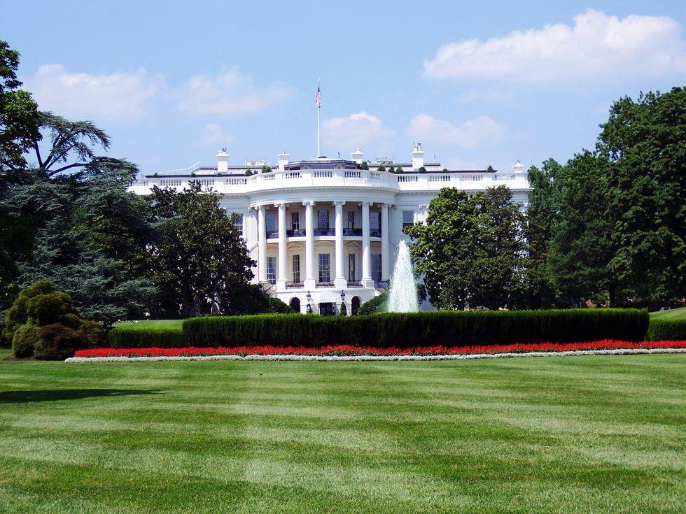 https://www.pexels.com/photo/white-house-129112/