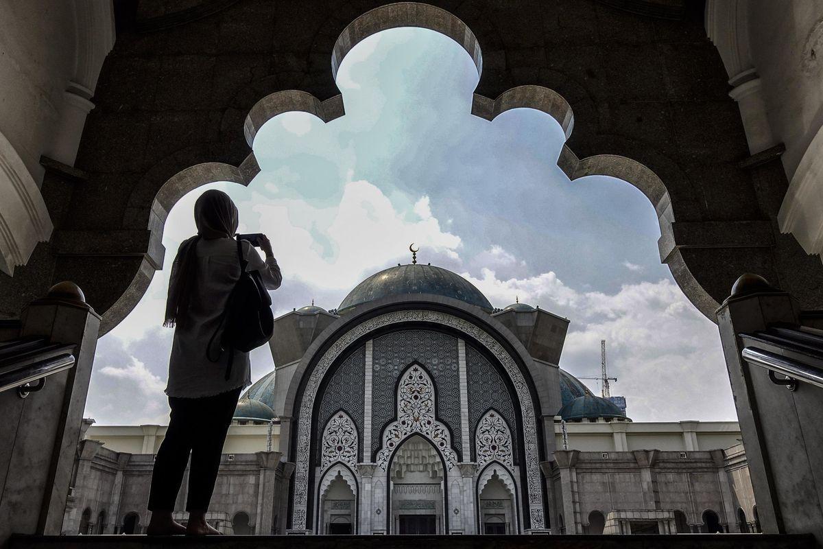 Stiamo svendendo i nostri simboli all'islam