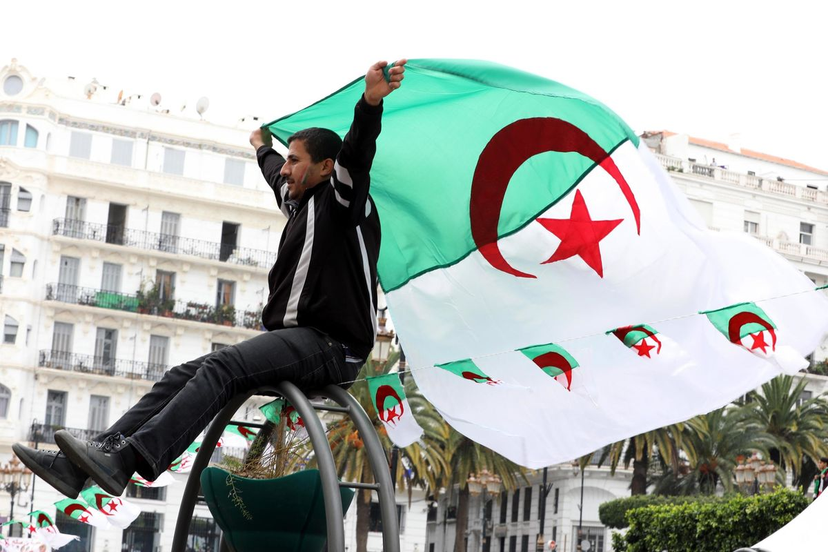 La Francia punta sulla Libia perché teme di perdere l'Algeria. Rischio altra ondata di migranti