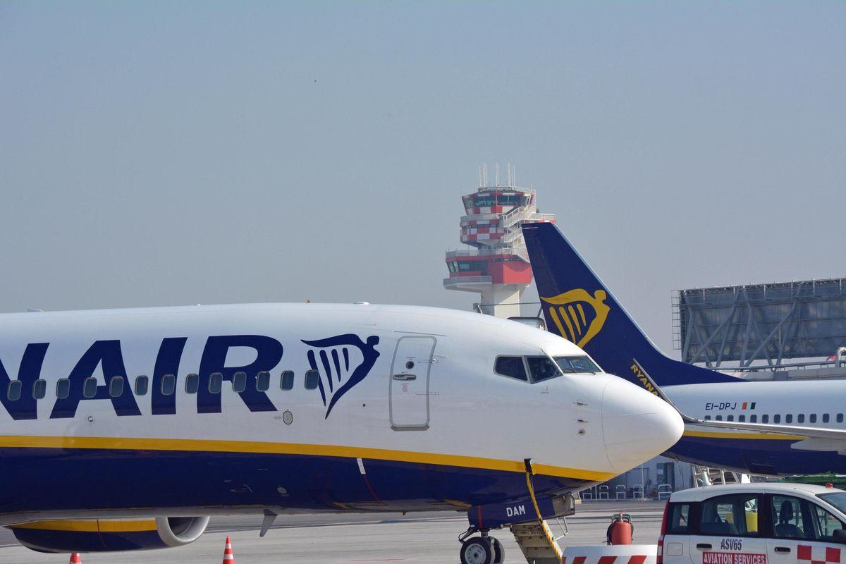 Piloti pagati ma senza contributi. Così Ryanair elude il fisco italiano