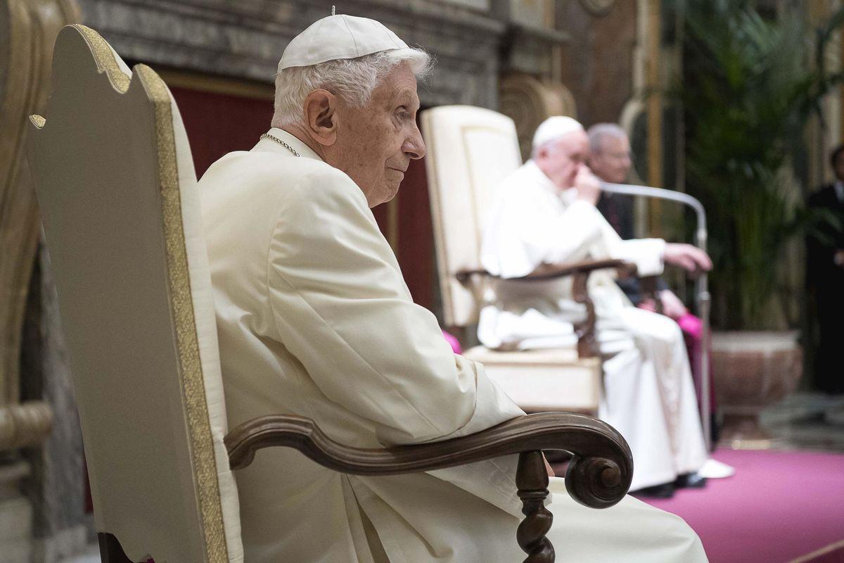 Bergoglio tace. È del Papa emerito la vera risposta al memoriale Viganò