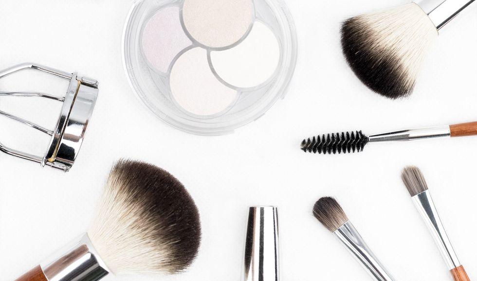 https://www.pexels.com/photo/make-up-equipments-212236/