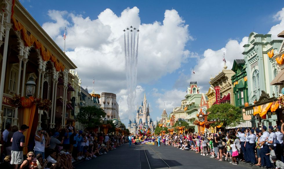 https://www.af.mil/News/Article-Display/Article/115179/thunderbirds-dazzle-disney-crowd-during-air-force-week-in-florida/