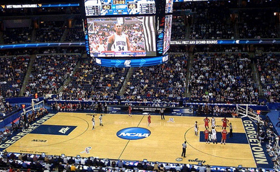 https://commons.wikimedia.org/wiki/File:Kansas_Jayhawks_Open_Practice_at_the_2016_March_Madness_Opening_Rounds_(25748751301).jpg