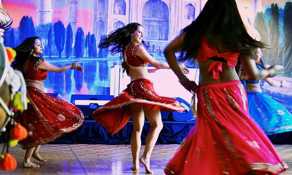 https://upload.wikimedia.org/wikipedia/commons/7/71/Bolywood_dancing.jpg