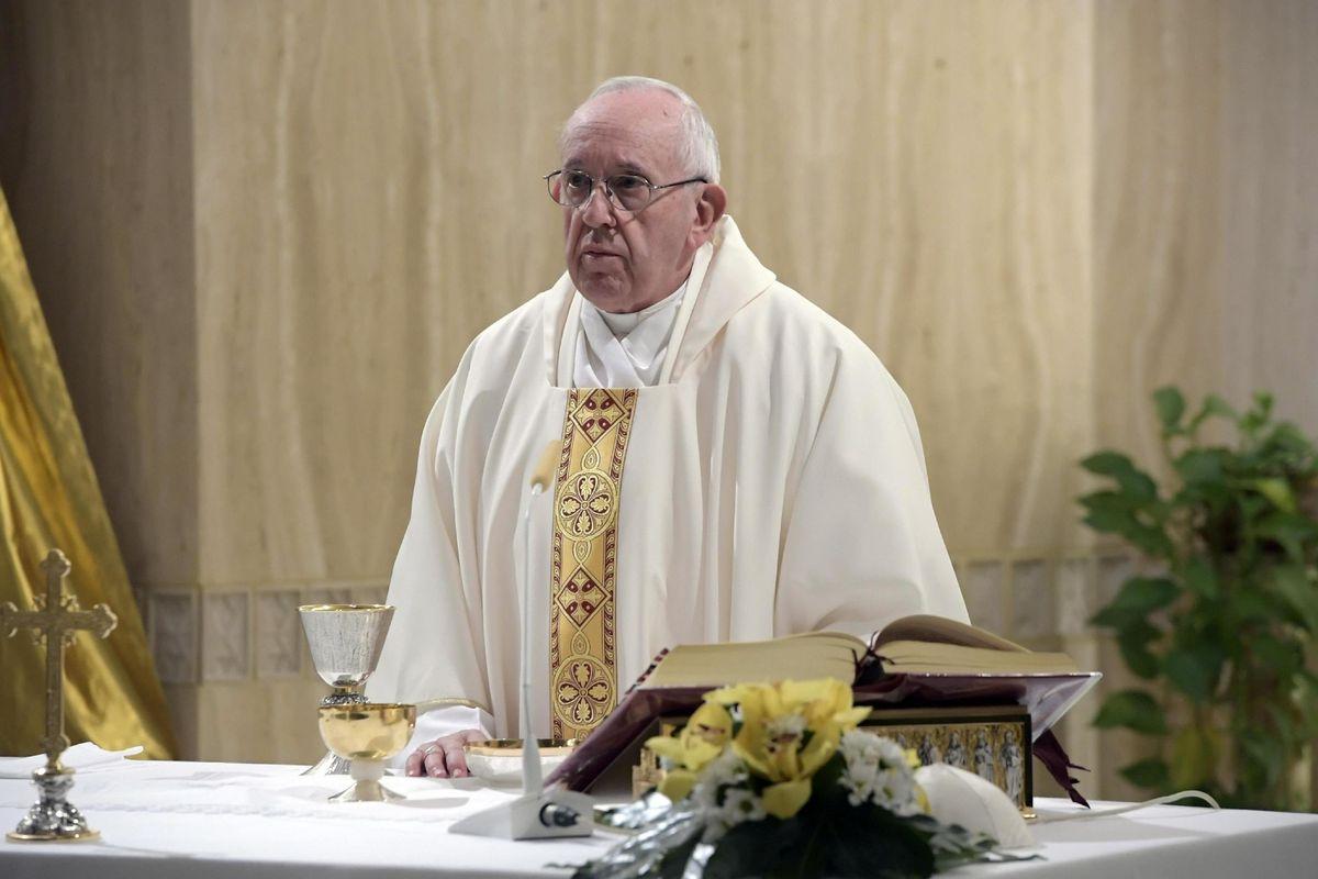 Francesco difende la famiglia naturale. I vescovi invece pensano allo ius soli