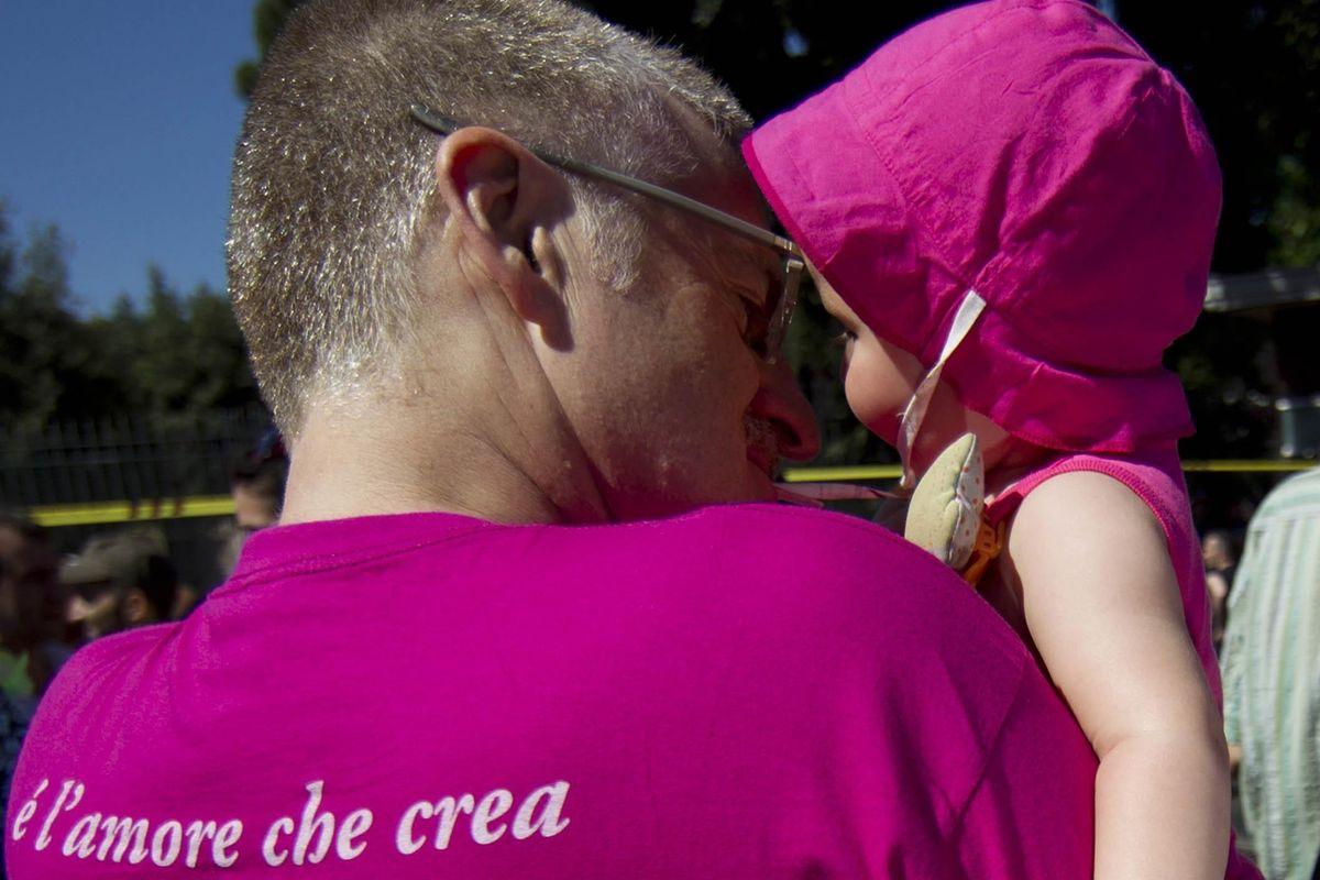Agli eterosessuali è proibito mentire all'anagrafe, invece ai «genitori» gay  no