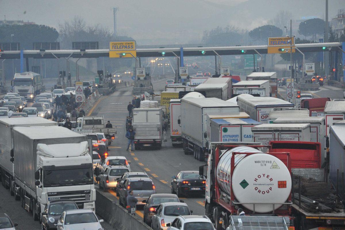 Autostrade si ribella al governo: «Inaccettabili i tagli dei pedaggi»