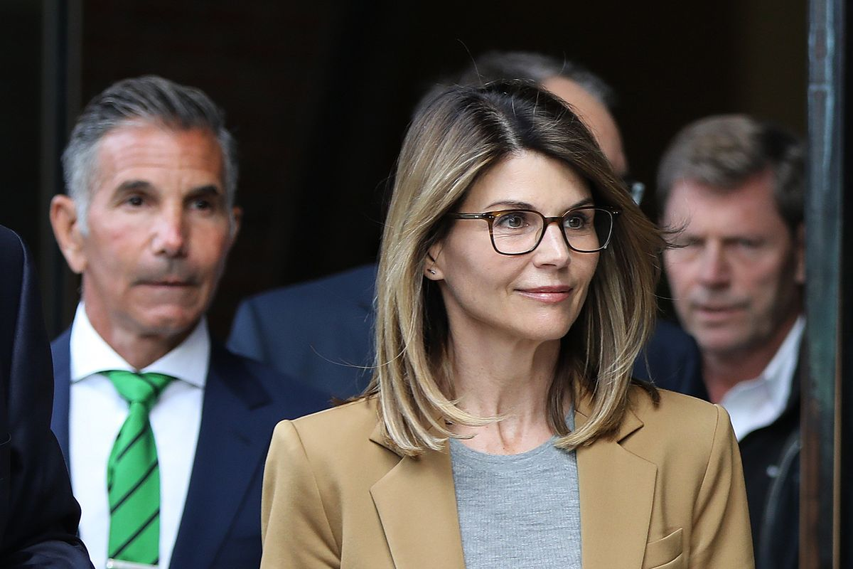 College Scam: Lori Loughlin Signed Autographs on Her Way to Court