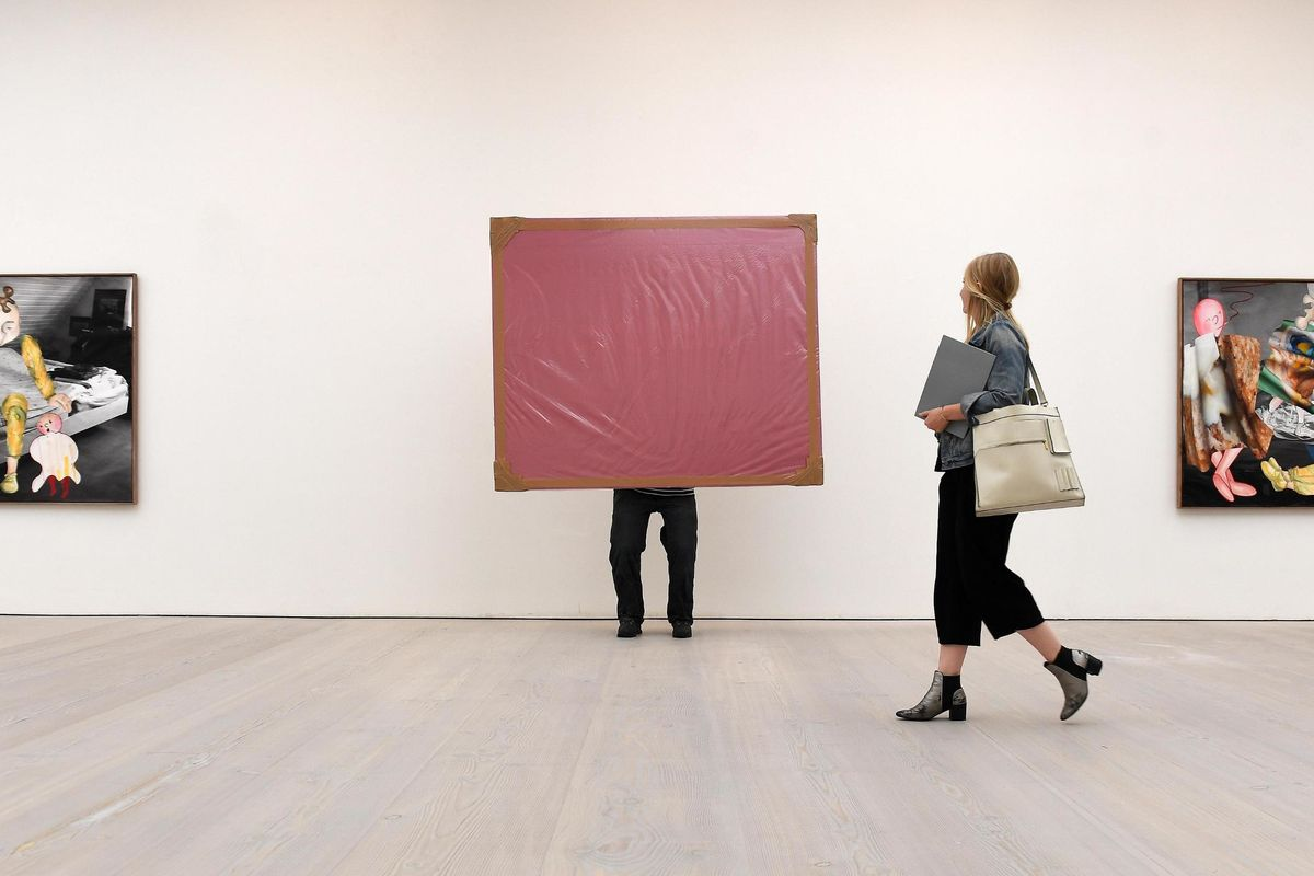 I dipinti offendono i musulmani. E il museo li copre