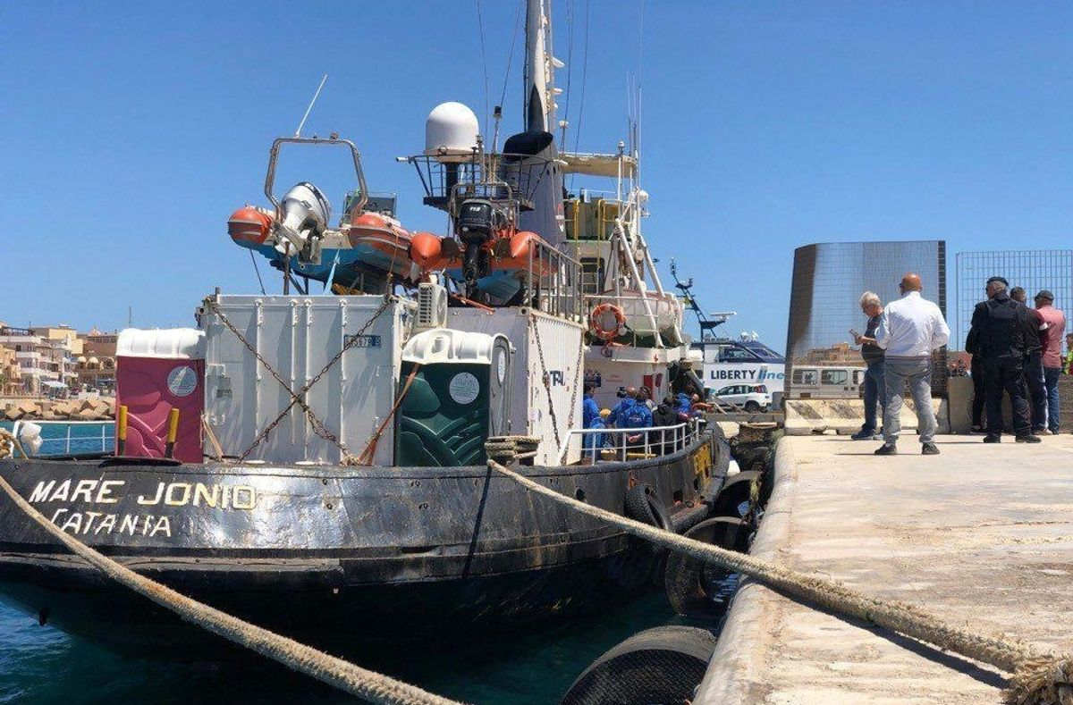 Stop alla Mare Jonio a Lampedusa. Sequestro e indagini per il taxi del mare