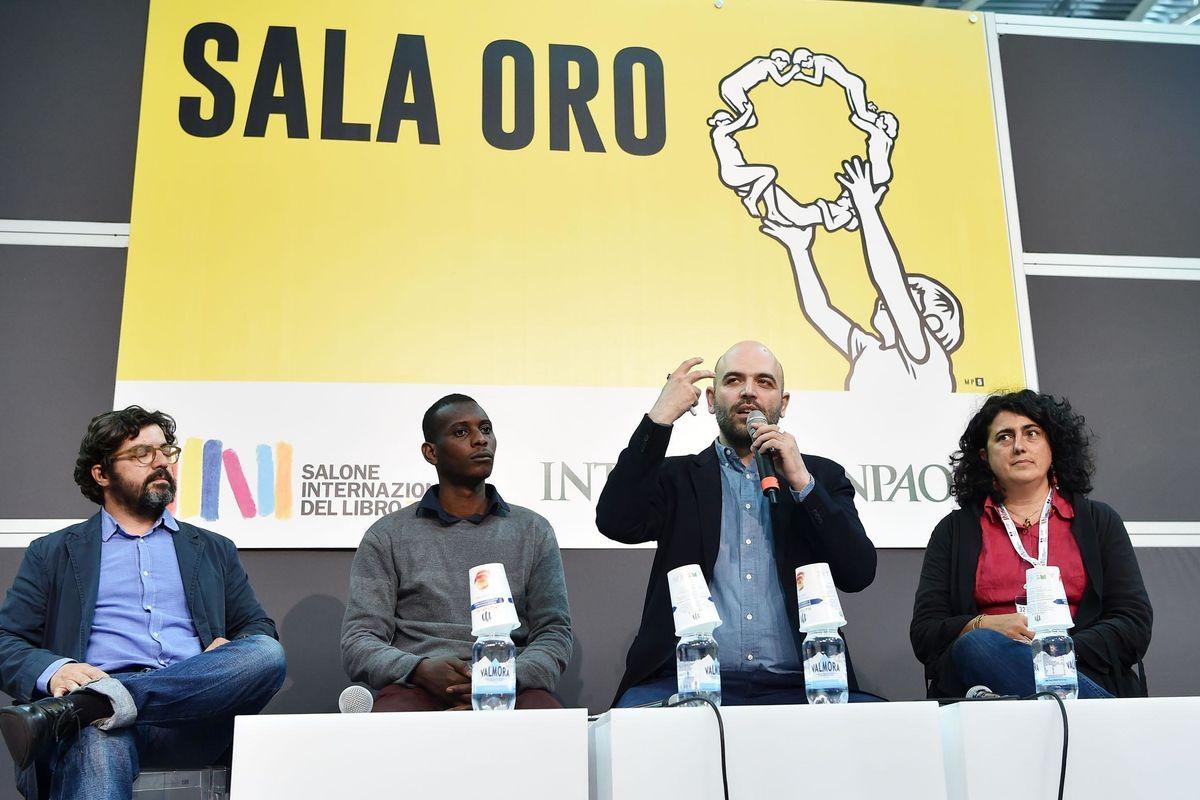 Il domatore Saviano chiude il circo del Salone e benedice la censura