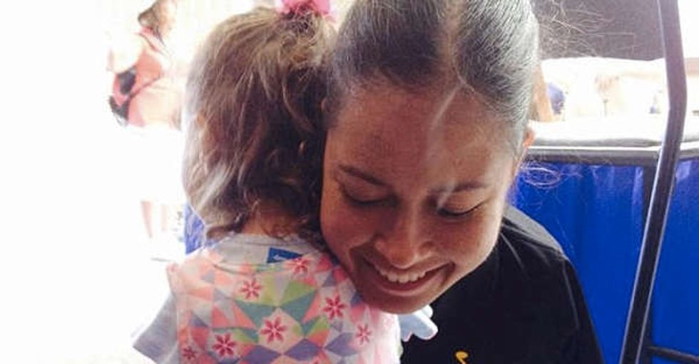 When a pilot with no arms met a 3-year-old girl with no arms, the world's best hug occurred.
