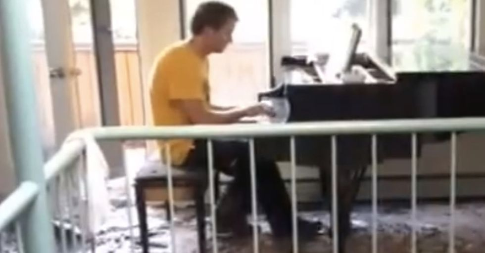 Watch A Man Playing Piano In His House After The Floods For A Heartbreaking Reason