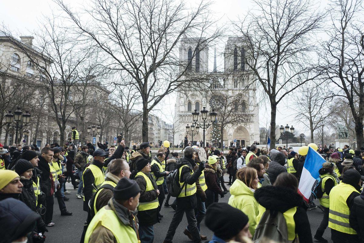 Notre Dame non turba i gilet gialli e a Parigi si scatena la guerriglia