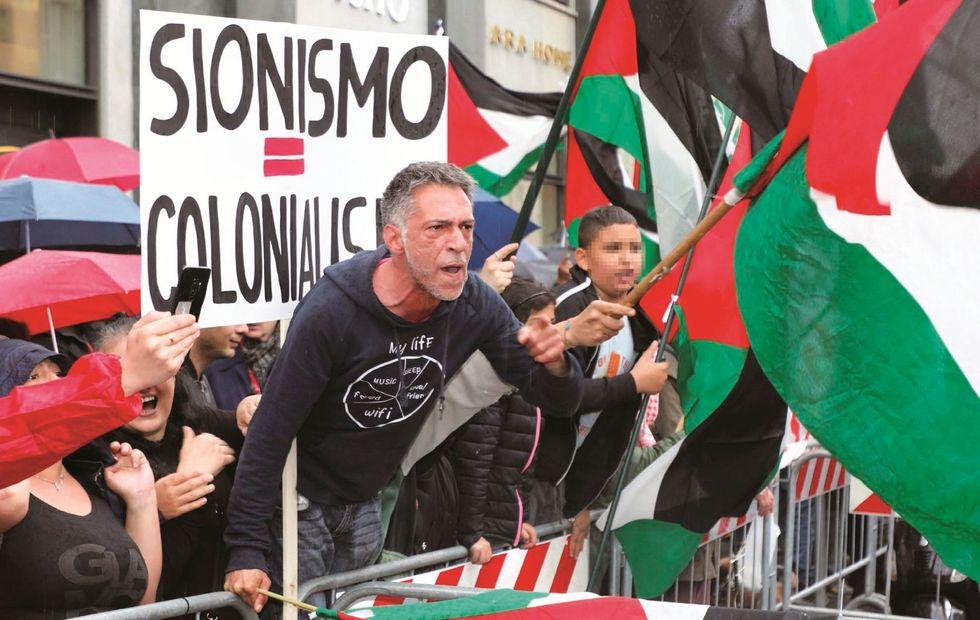 Ebrei offesi, bandiere rosse e «Bella ciao»: in piazza c'è l'eterno ritorno dell'identico