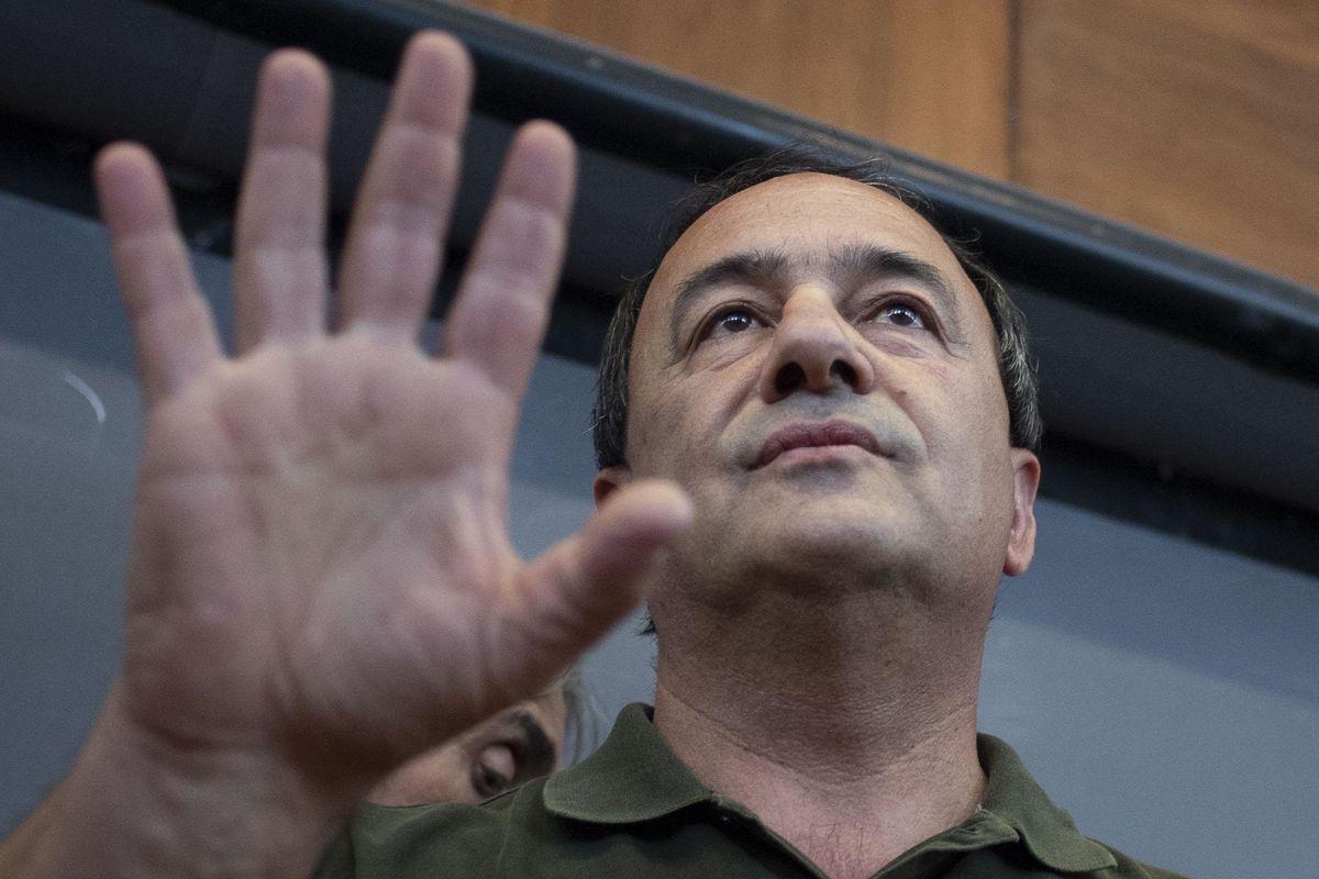 «Residenza illegale ai clandestini». Rischia il processo l'erede di Lucano