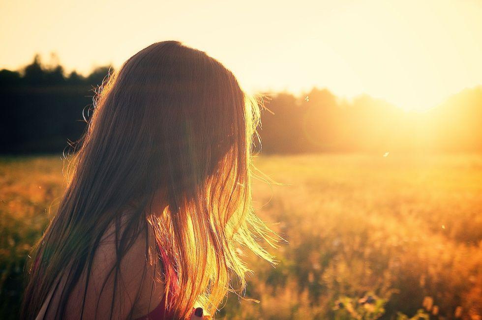 https://pixabay.com/photos/summerfield-woman-girl-sunset-336672/
