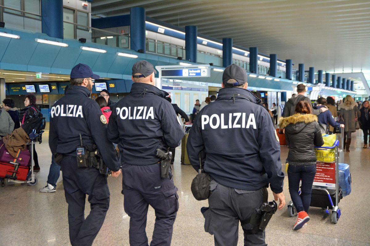 Poliziotti nel mirino: sette al giorno aggrediti da stranieri irregolari