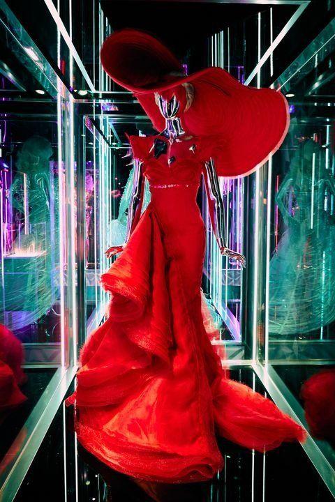 haus of gaga look vestido rojo con pamela