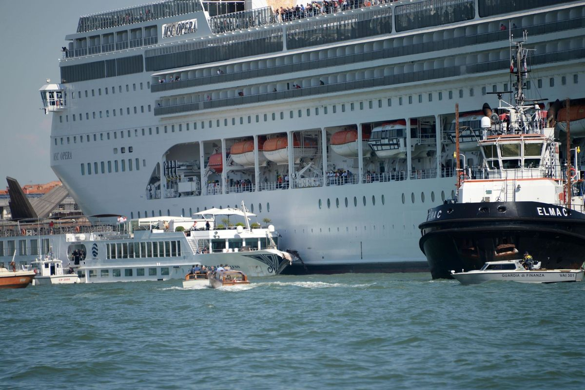 Approfittando dello scontro tra navi vogliono chiudere Venezia ai turisti