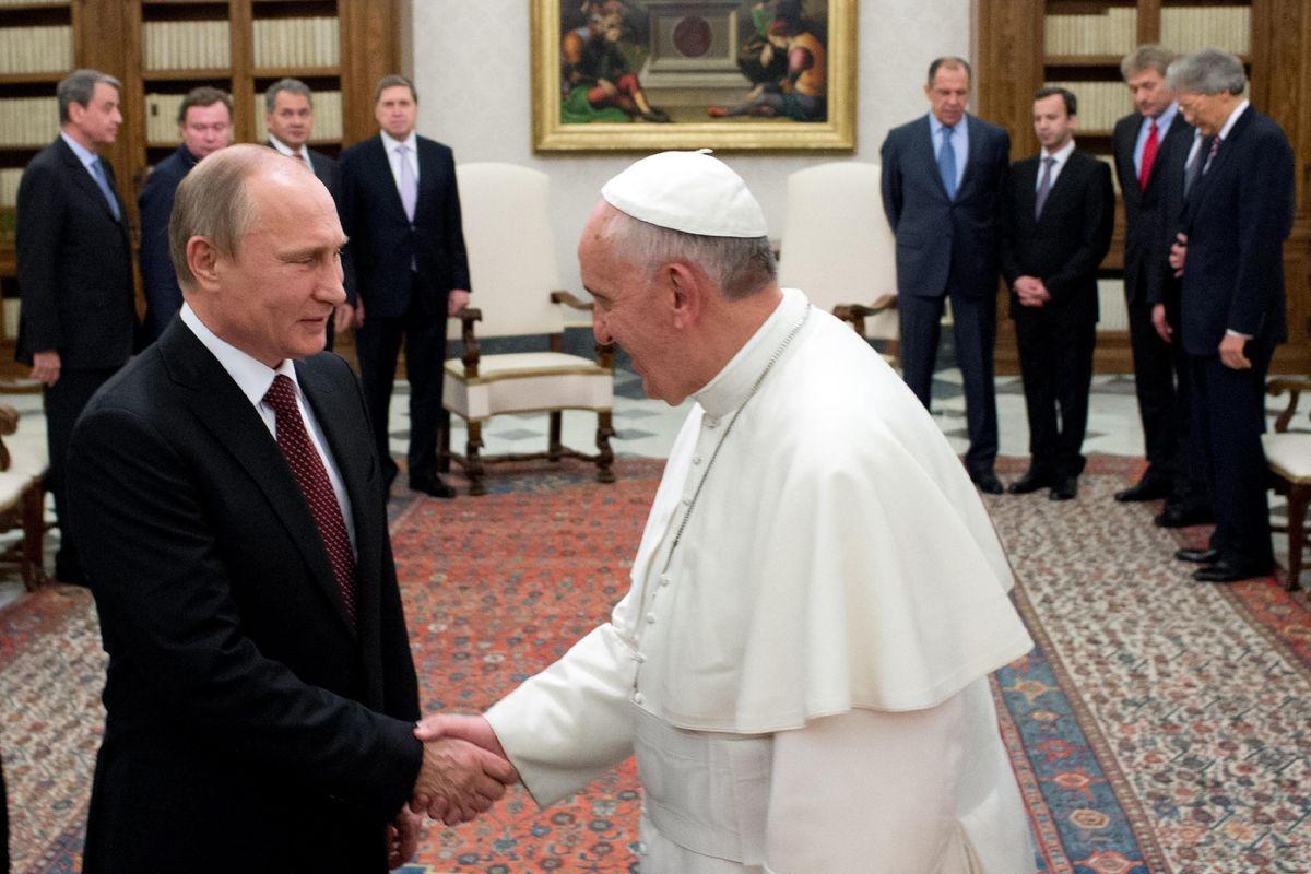 Putin pronto a incontrare il Papa e a fare da paciere fra lui e Trump