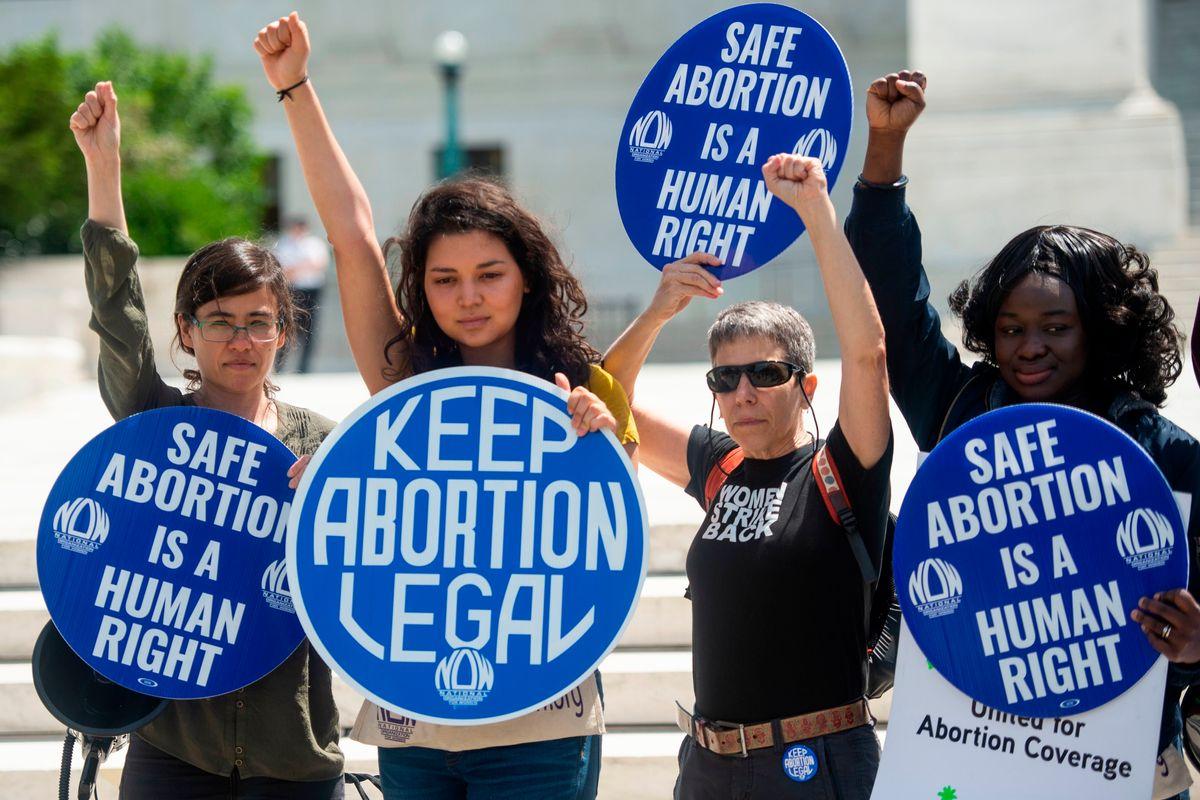 L'appello dei grandi manager a favore dell'aborto: «È un bene per l'economia»