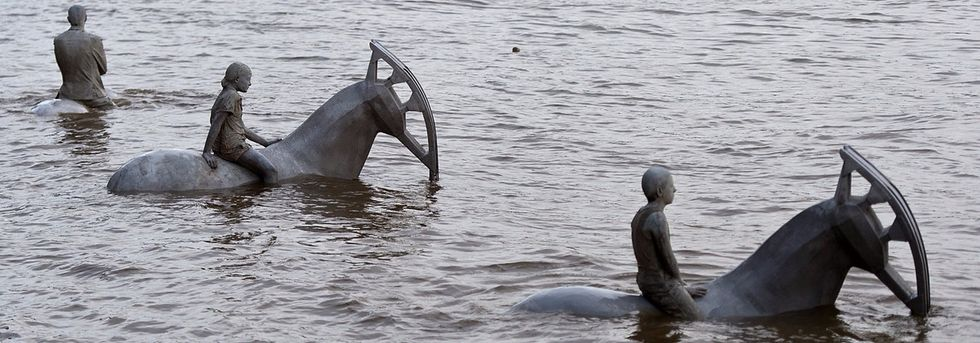 Amazing before-and-after photos of a sculpture you can only see in full at low tide.