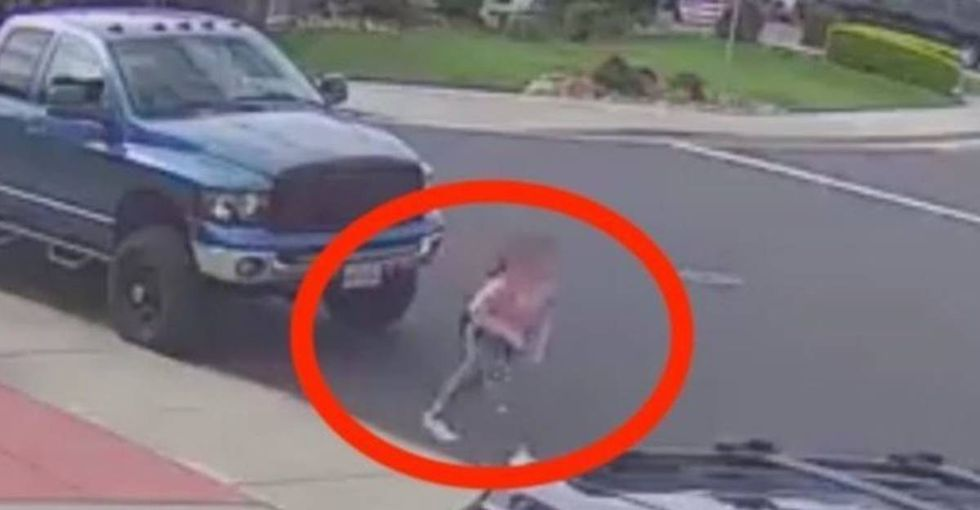 Chilling video shows a clever teen eluding a creepy guy following her in a car.