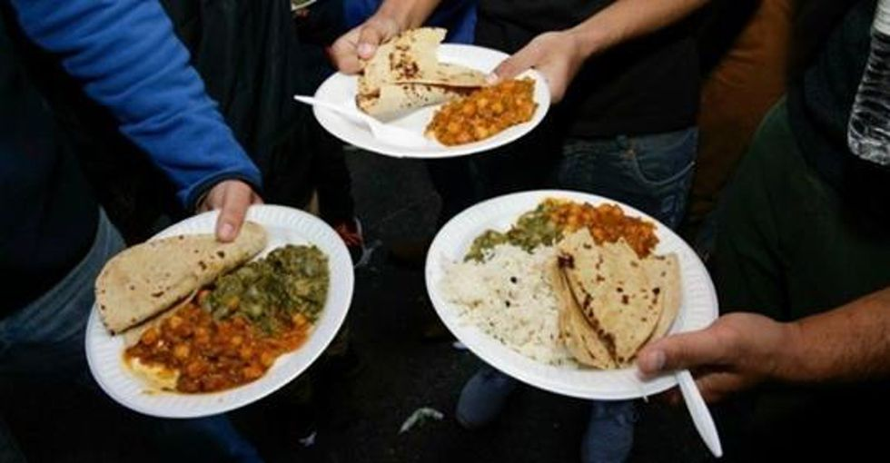 Sikh Americans are giving free food to thousands of workers affected by the government shutdown.