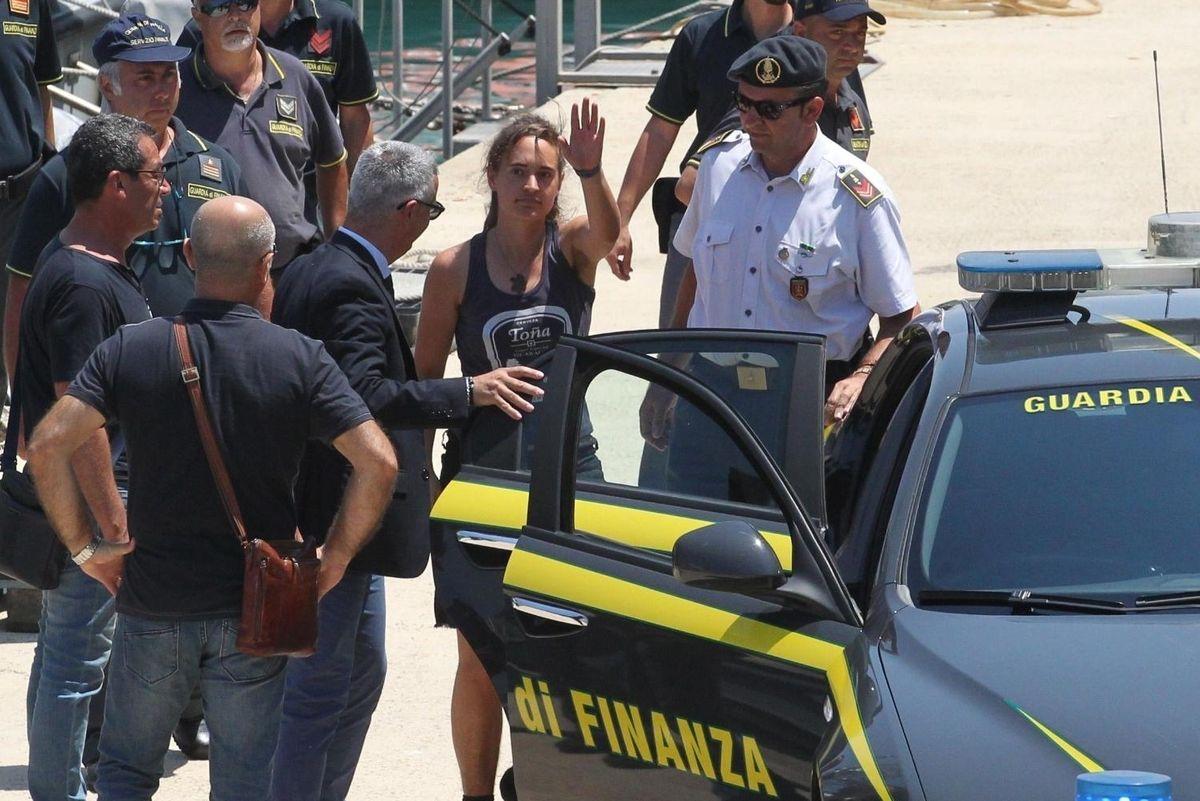 La Capitana non può essere espulsa. Ira di Salvini: «Basta politica dai giudici»