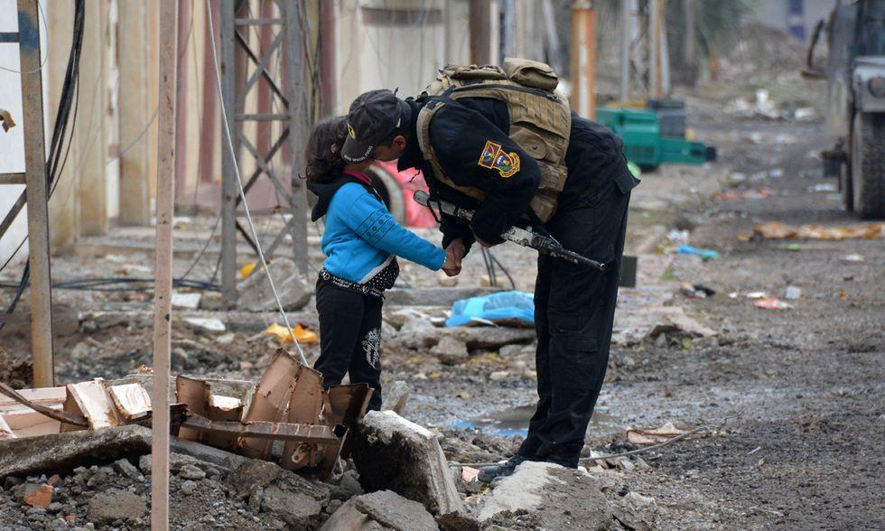 Un soldato e una bambina a Mosul