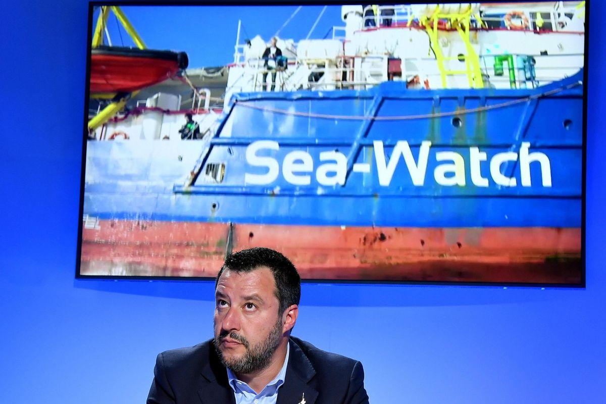 Dalla Sea Watch sbarcano solo in 10. Per tutti gli altri i porti restano chiusi