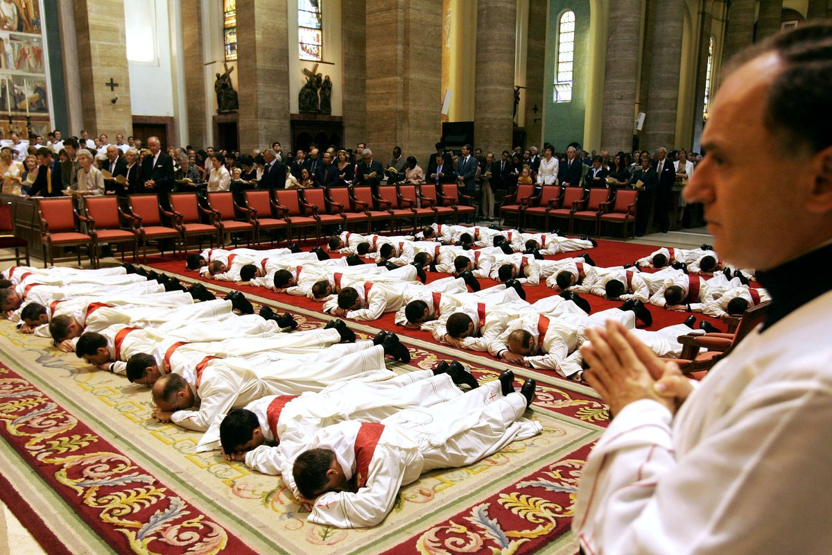 La Chiesa italiana è senza preti e deve dire: «Prima gli stranieri»